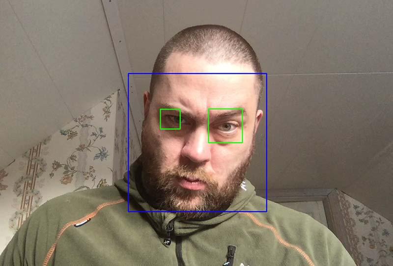 Bild 14: Färdigtränad ML-modell som ska detektera var ansikte, ögon och mun är i en bild/videoström. Den stödjer tydligen inte helskägg, en röd rektangel ska markera munnen.
