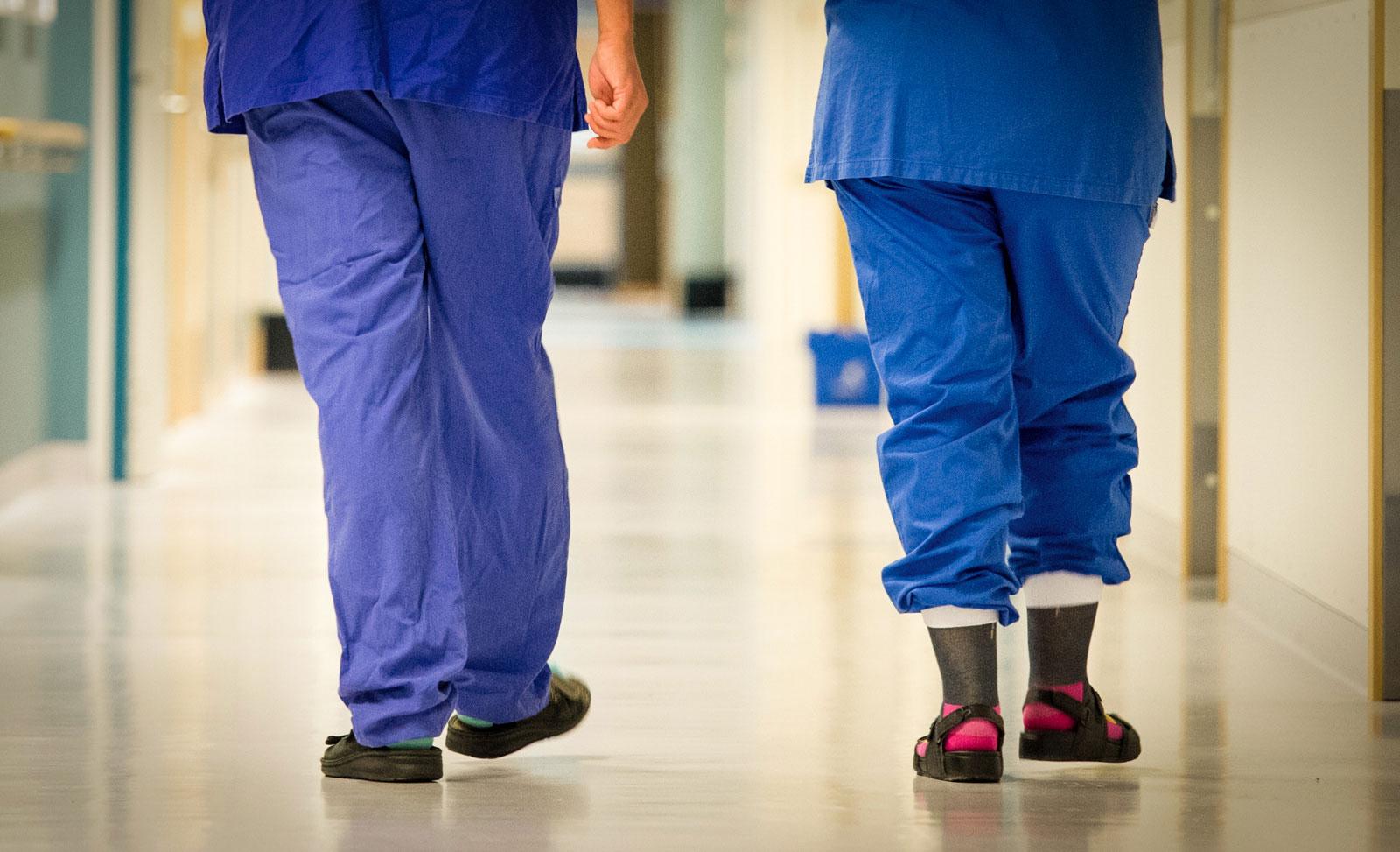 Vårdpersonals ben i en sjukhuskorridor (Bild: Eng Foto)